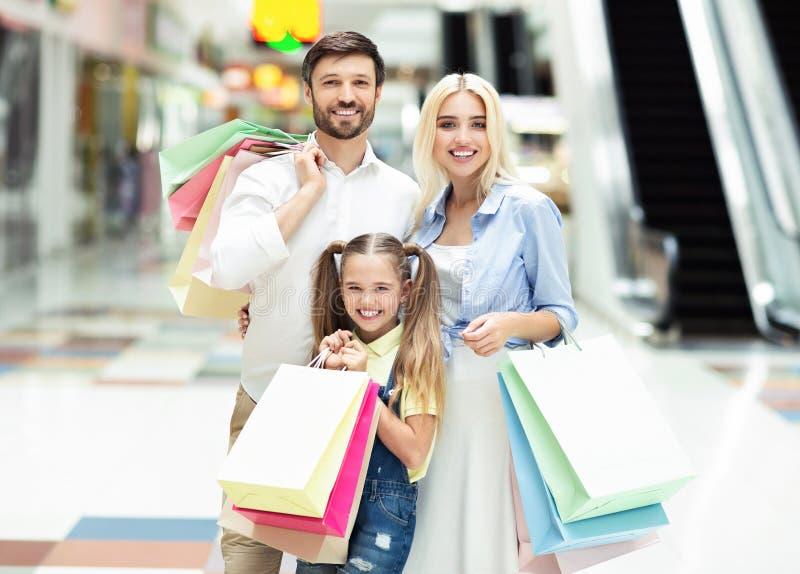 Família Adorável Olhando Para A Câmera No Shopping Mall imagem de stock