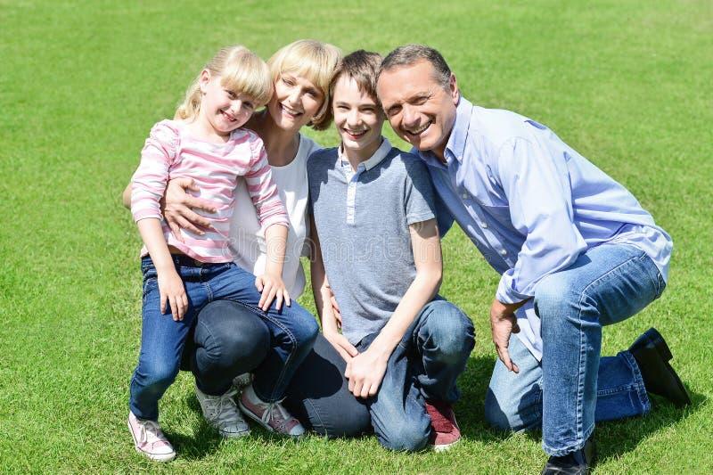 Família adorável que levanta no parque fotografia de stock royalty free