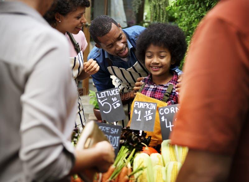 Família africana na loja de mantimento orgânica imagens de stock