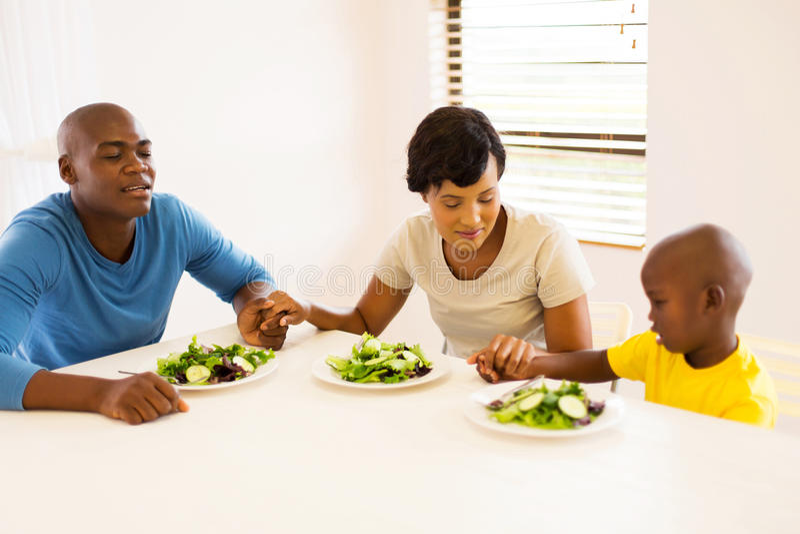 Família africana que reza a refeição imagens de stock royalty free