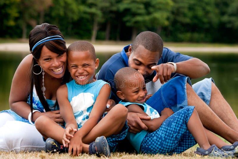 Família africana que tem o divertimento