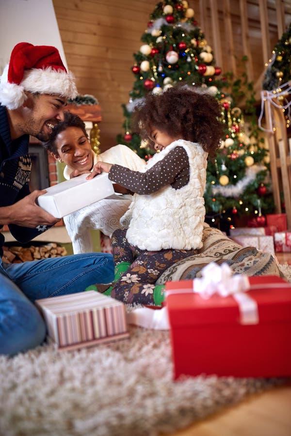 Família afro-americana feliz com presentes do Natal fotografia de stock royalty free