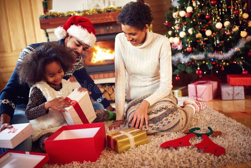 Família afro-americana no presente de abertura da manhã de Natal foto de stock