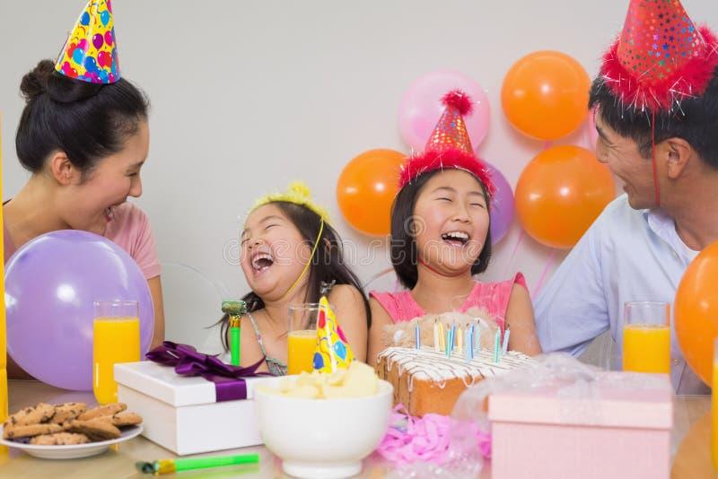 Família alegre com bolo e presentes em uma festa de anos imagens de stock royalty free