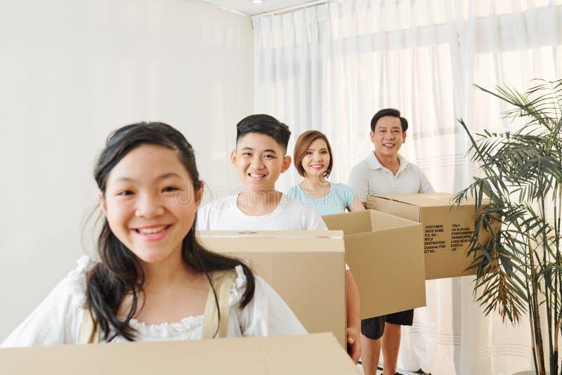 Família alegre com caixas de papelão foto de stock