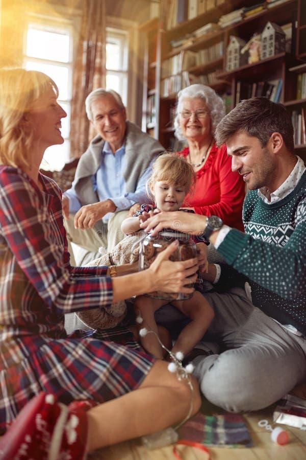 A família alegre comemora um feriado do Natal fotografia de stock royalty free