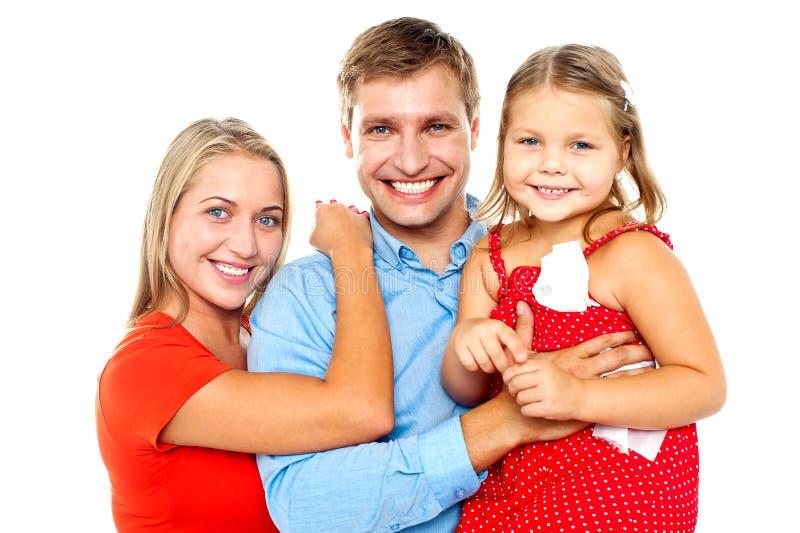 Família alegre da câmera três enfrentando e do sorriso imagens de stock