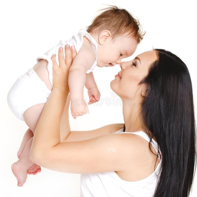 Família alegre feliz. Mãe e bebê que têm o divertimento fotos de stock