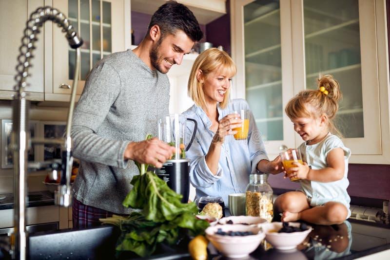 Família alegre que come o café da manhã imagem de stock royalty free