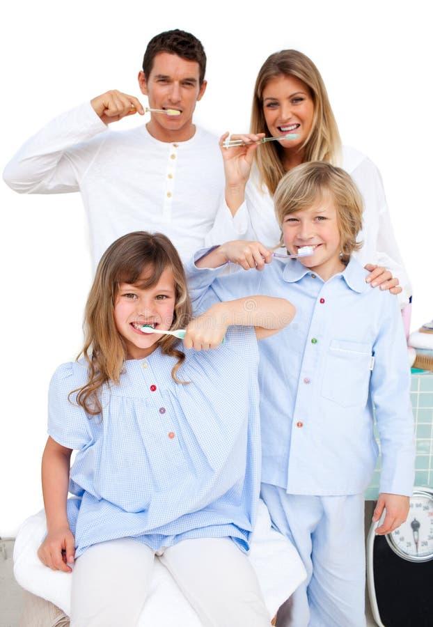 Família alegre que escova seus dentes