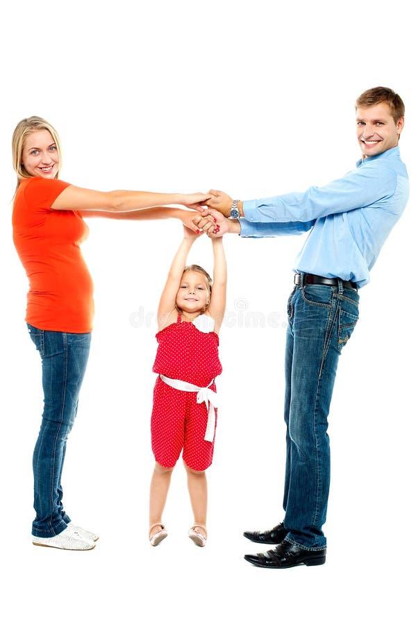 Família alegre que tem o divertimento dentro imagens de stock royalty free