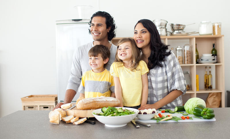 Download Família Alegre Que Tem O Divertimento Na Cozinha Foto de Stock - Imagem de feliz, filha: 12809442