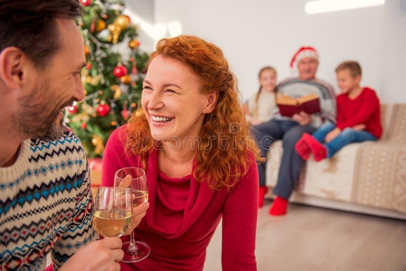 Família amigável que comemora o ano novo imagens de stock