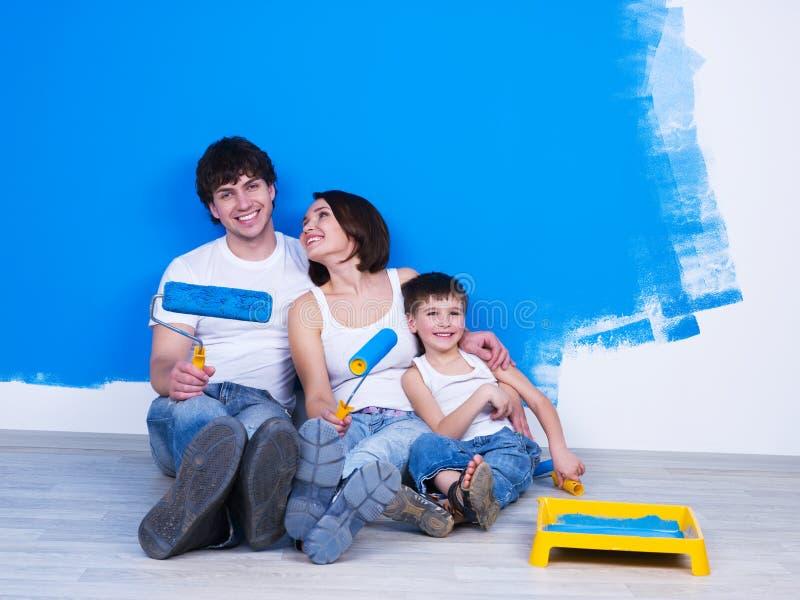 Família amigável que faz a renovação