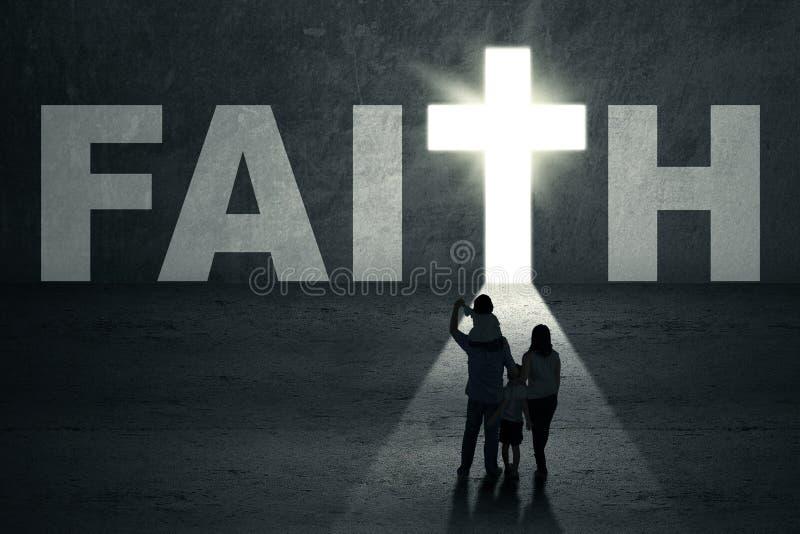A família anda para a porta da fé imagens de stock royalty free