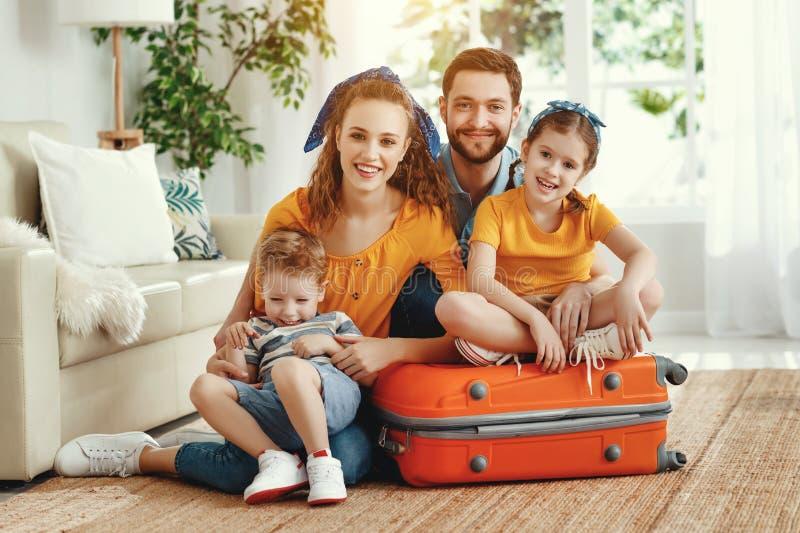 Família animada com malas no chão olhando para a câmera fotos de stock royalty free