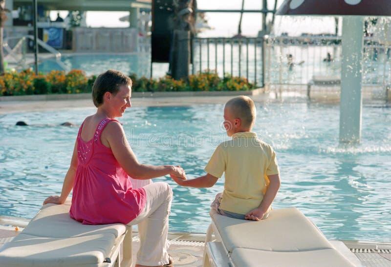 Família antes da piscina fotografia de stock royalty free