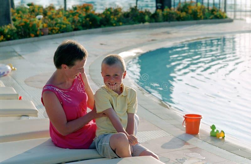Família antes da piscina imagens de stock royalty free