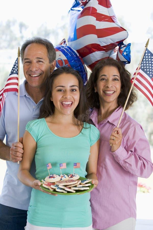 Família ao ar livre no quarto de julho com bandeiras fotografia de stock