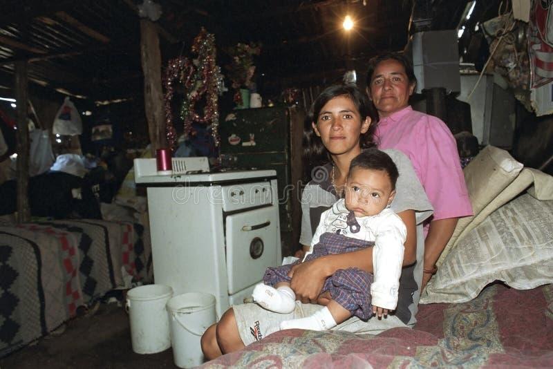 Família argentina pobre do retrato do grupo em casa fotos de stock