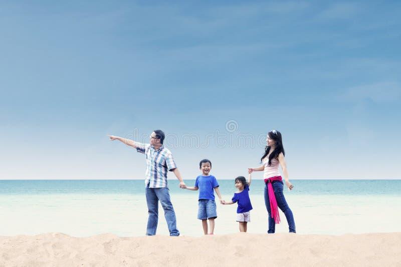 A família asiática aprecia o feriado na praia fotos de stock royalty free