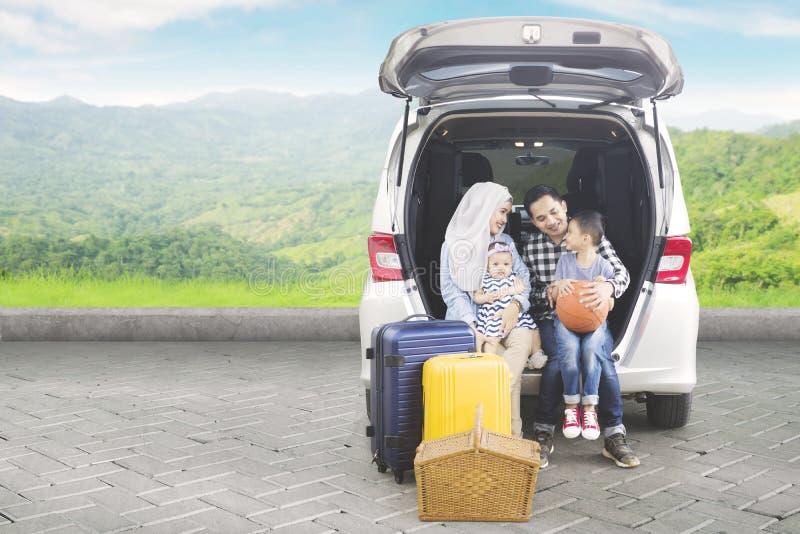 Família asiática com o carro na montanha fotografia de stock