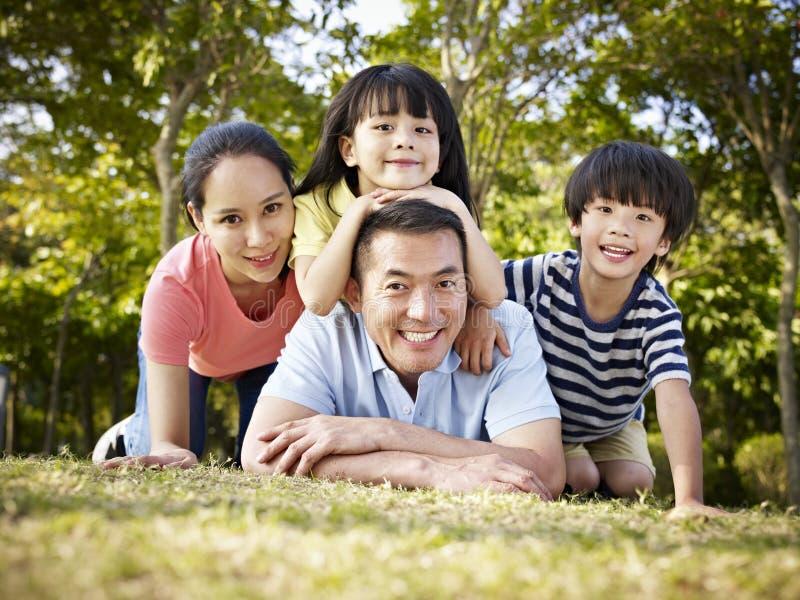 Família asiática feliz