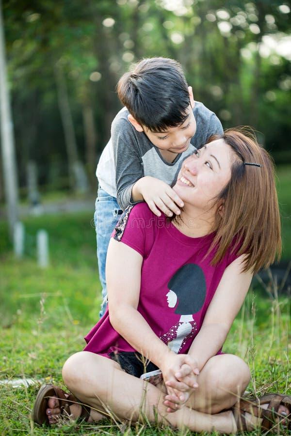 Família asiática feliz, mãe com seu filho no parque fotos de stock
