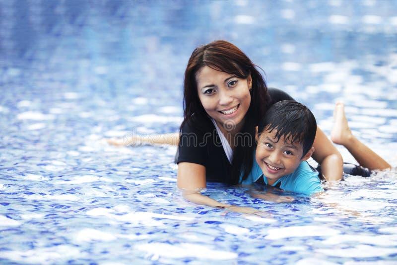 Família asiática feliz na piscina imagem de stock royalty free