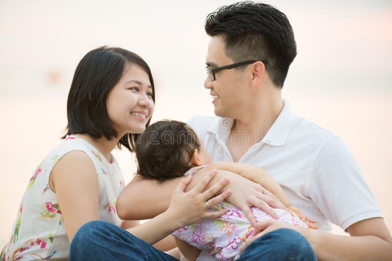 Família asiática feliz na praia exterior imagens de stock