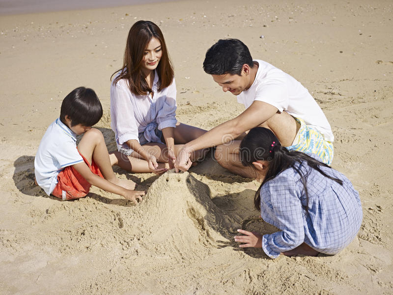 Família asiática na praia foto de stock