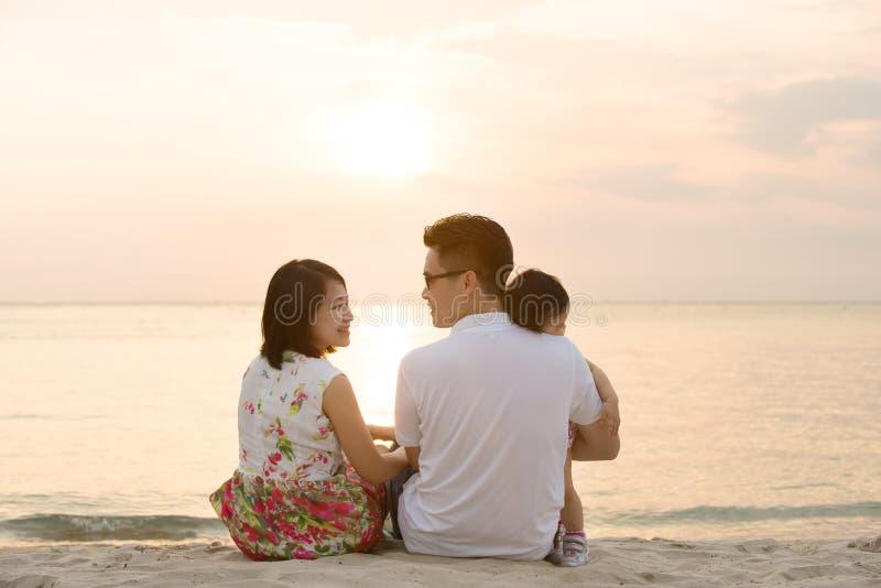 Família asiática na praia exterior imagem de stock