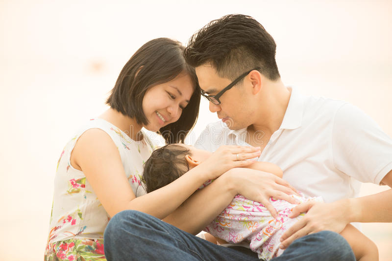 Família asiática na praia exterior da areia foto de stock