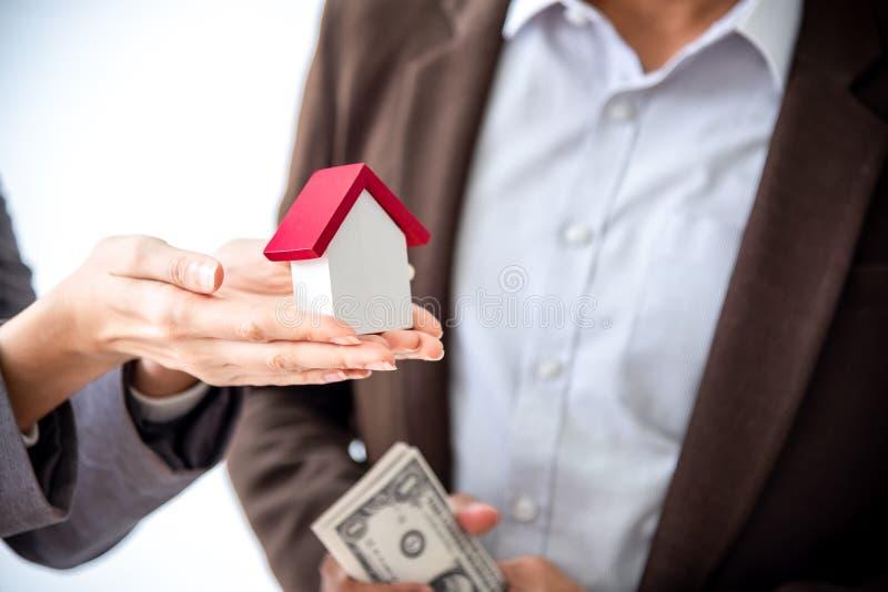 A família asiática nova do amor dos pares da felicidade que falam sobre a compra da casa e o proprietário de casa discutem a e imagens de stock