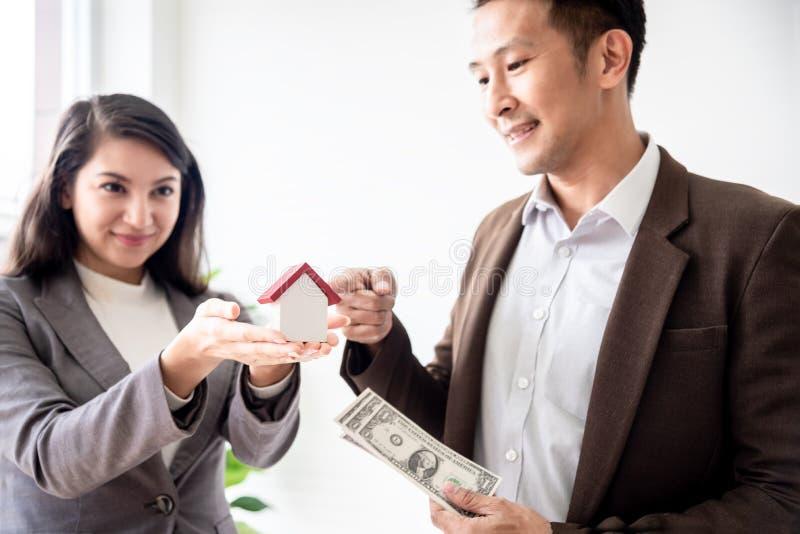 A família asiática nova do amor dos pares da felicidade que falam sobre a compra da casa e o proprietário de casa discutem a e imagens de stock royalty free