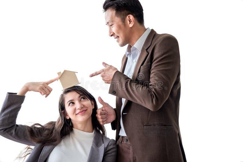A família asiática nova do amor dos pares da felicidade que falam sobre a compra da casa e o proprietário de casa discutem a e imagem de stock