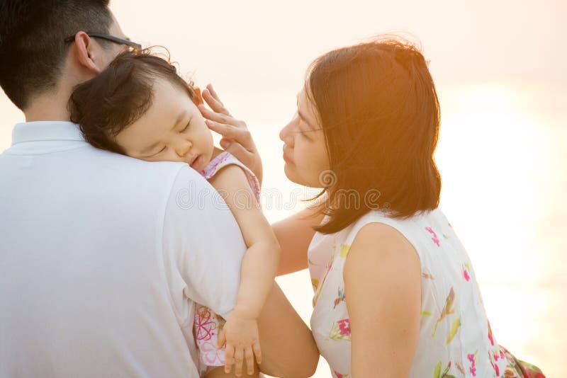 Família asiática nova na praia exterior foto de stock