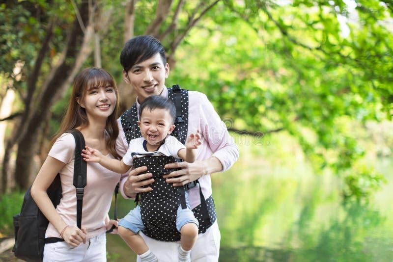 família asiática que caminha na floresta e na selva imagens de stock royalty free