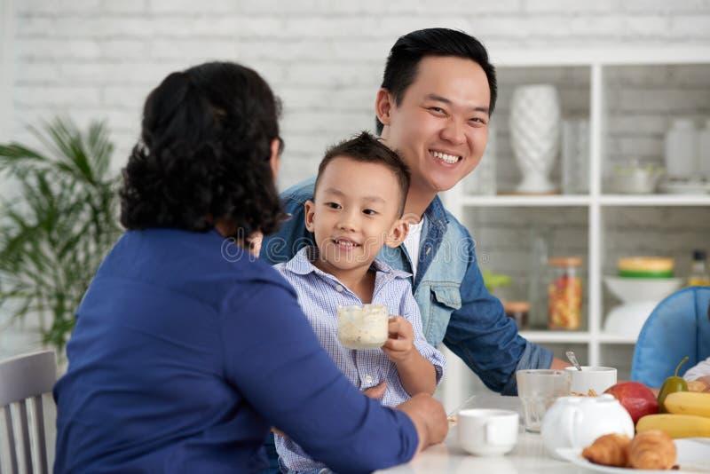 Família asiática que come o café da manhã imagens de stock