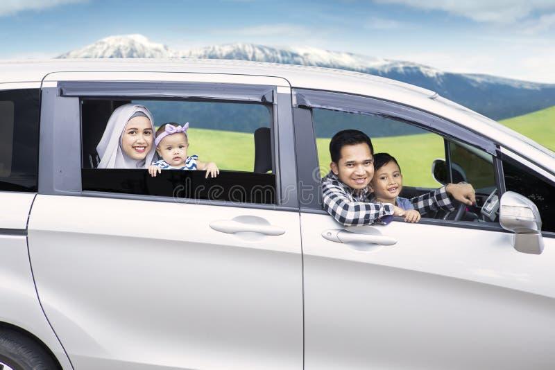 Família asiática que conduz um carro na montanha fotos de stock