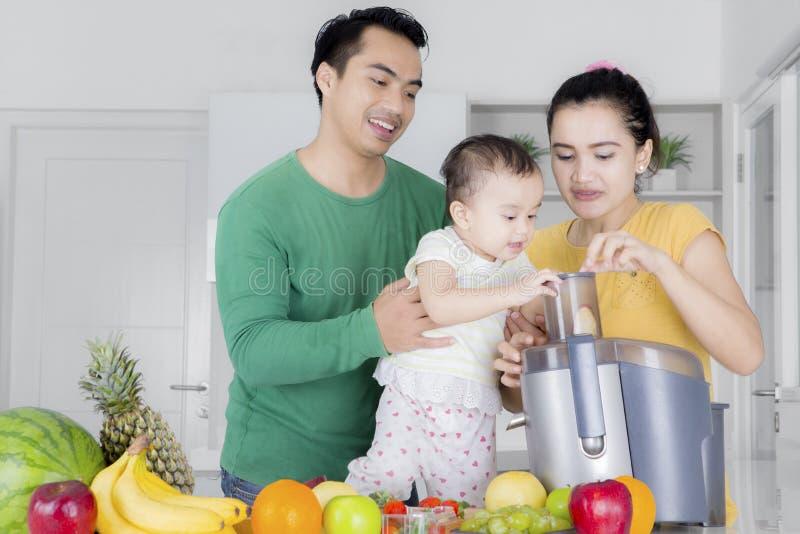 Família asiática que joga com balanço imagem de stock royalty free
