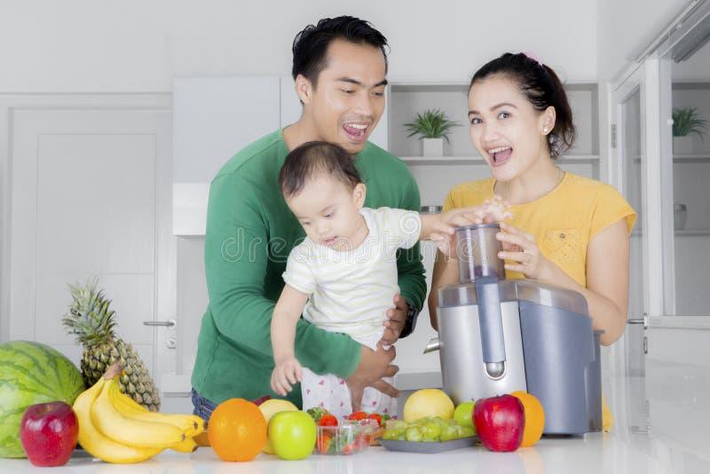 Família asiática que joga com balanço imagem de stock