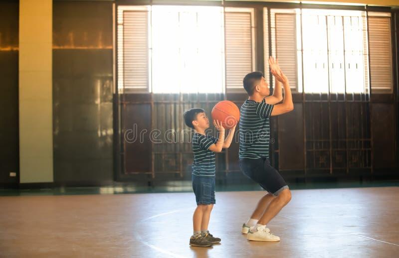 Família asiática que joga o basquetebol junto Despesa feliz da família fotos de stock royalty free