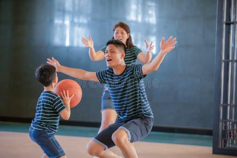 Família asiática que joga o basquetebol junto Família feliz que passa o tempo livre junto no feriado fotos de stock royalty free