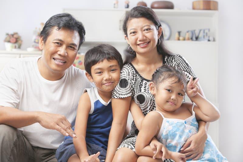 Família asiática que levanta em casa foto de stock
