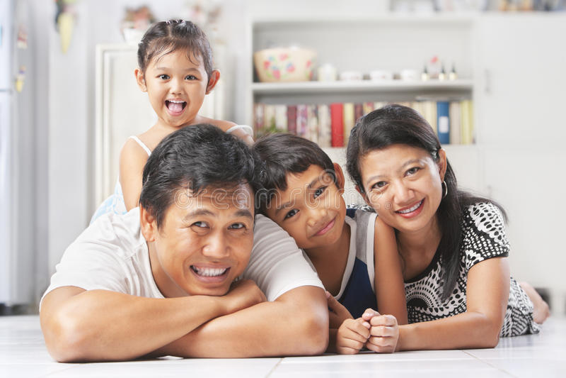 Família asiática que levanta no assoalho imagens de stock royalty free