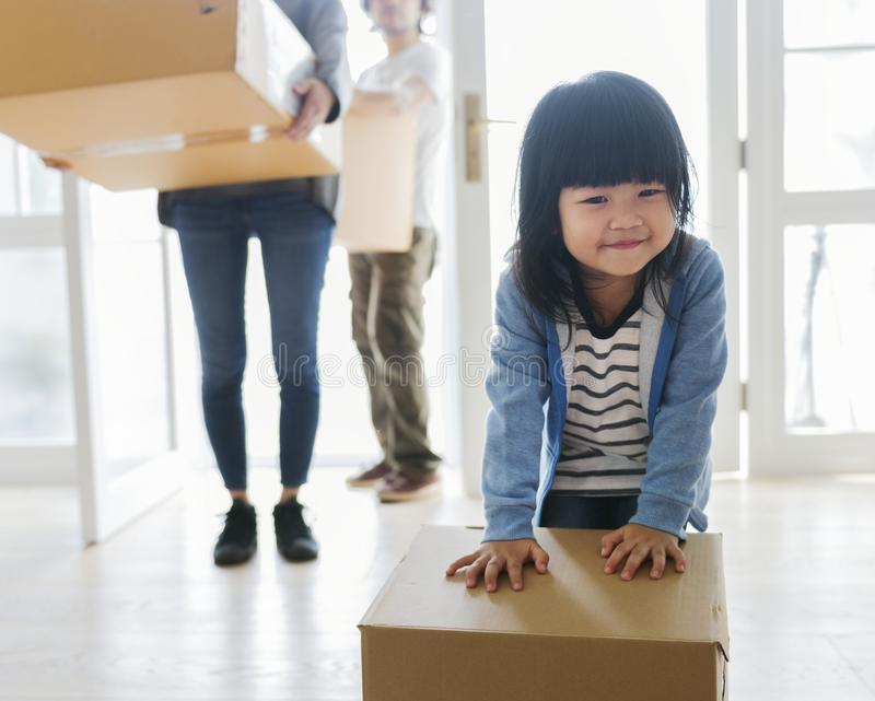 Família asiática que move-se para a casa nova foto de stock royalty free