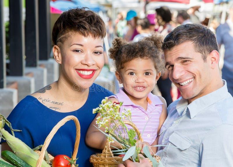 Família atrativa no mercado dos fazendeiros imagem de stock royalty free