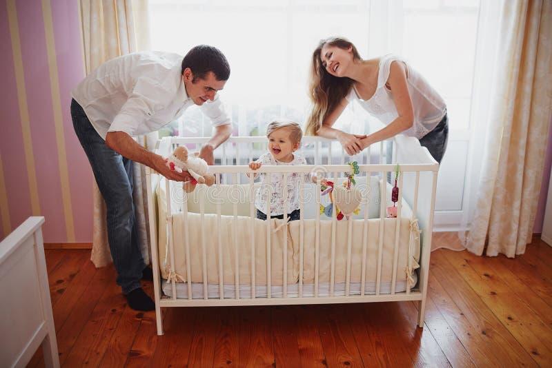 Família bonita de três povos, de paizinho da mamã e de filha fotos de stock