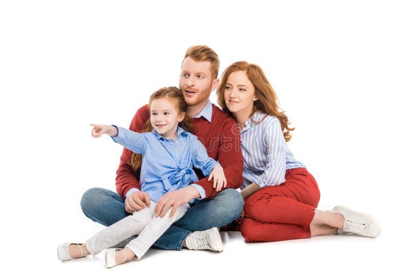 família bonita do ruivo com a uma criança que senta-se junto e que olha afastado fotografia de stock